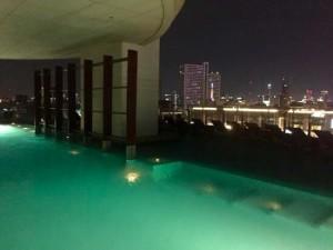 ミレニアムヒルトン-バンコクのプールのライトアップ