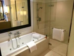 ミレニアムヒルトン-バンコクの部屋のバスルーム2