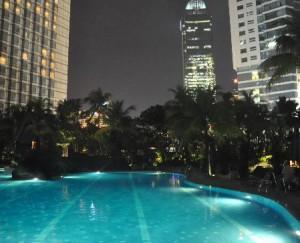 夜のグランドハイアット-ジャカルタのプール