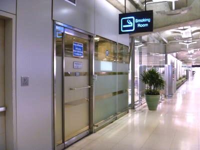 バンコク-スワンナプーム空港の喫煙所-6