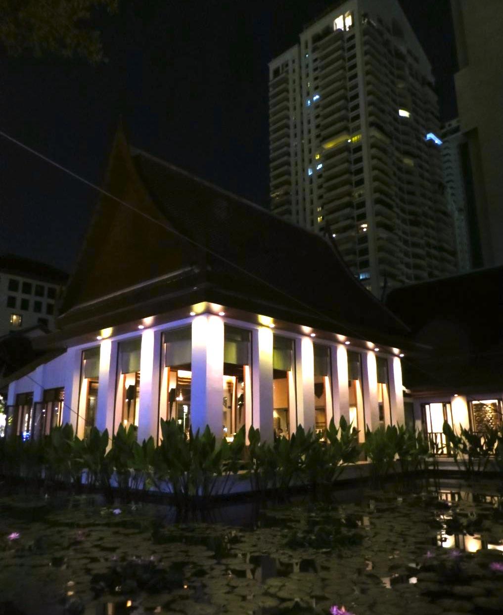 スコータイホテルのレストラン-セラドンの夜