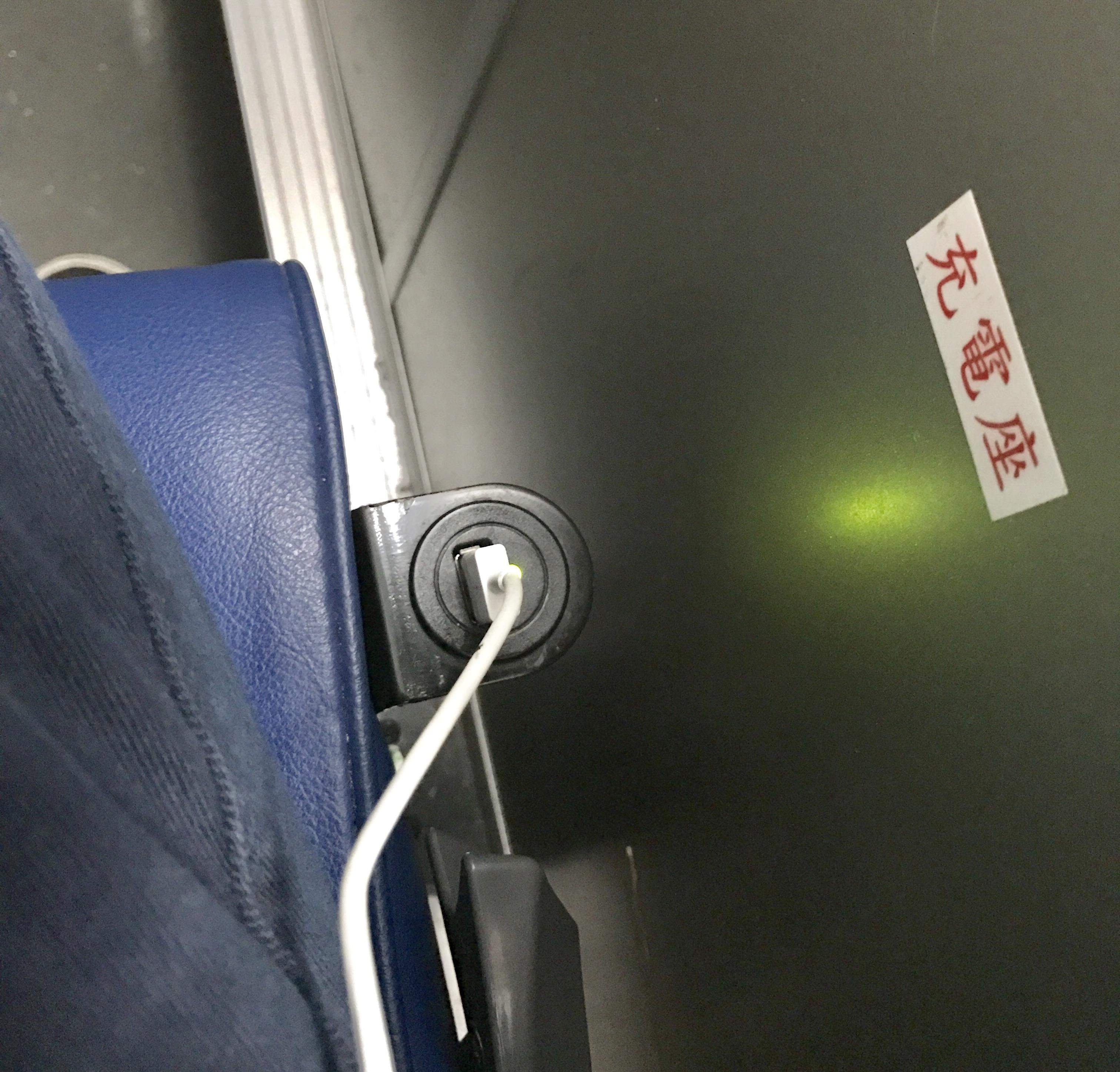 桃園空港から台北駅への移動のバス-充電器