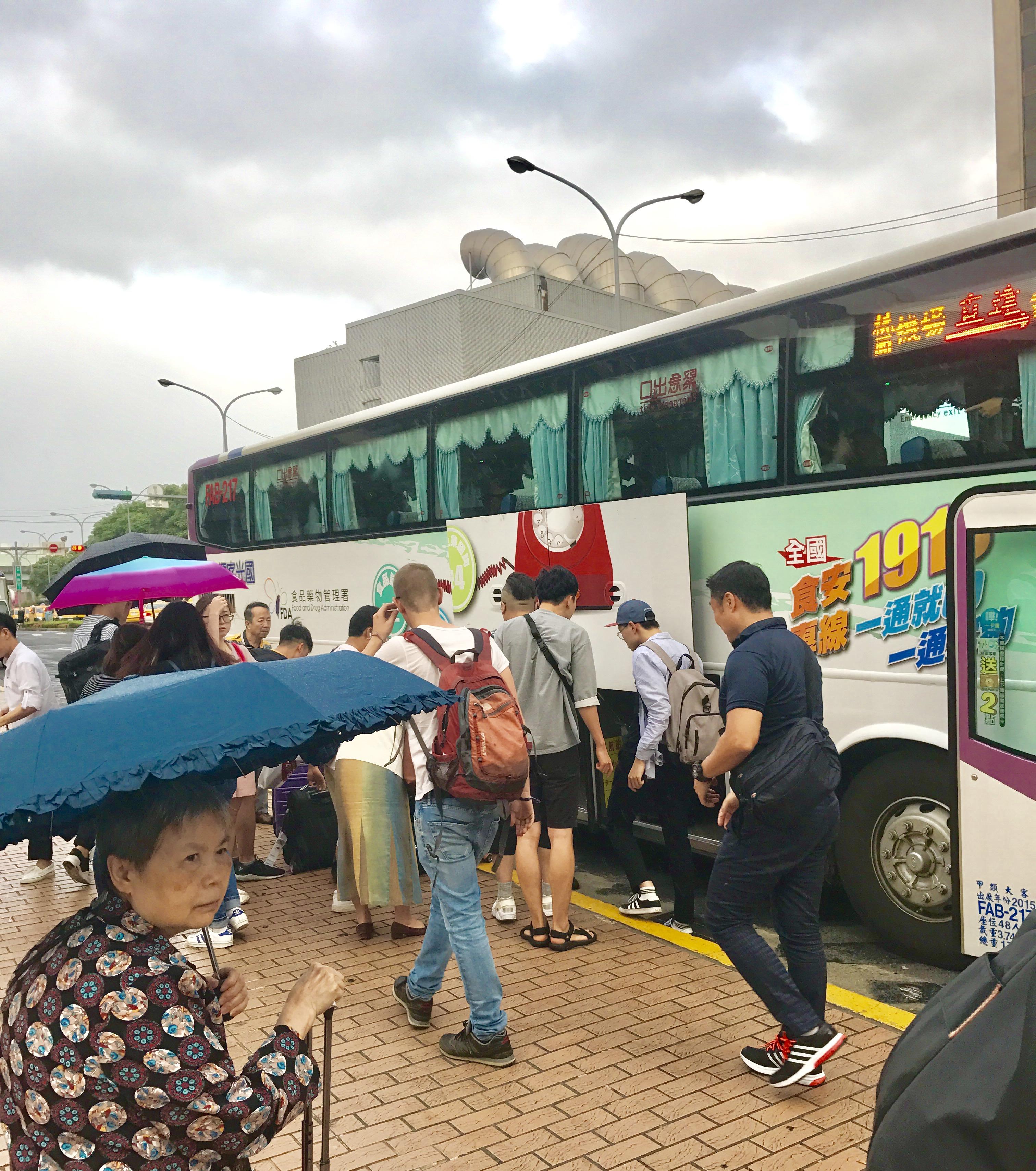 桃園空港から台北駅への移動のバス-1