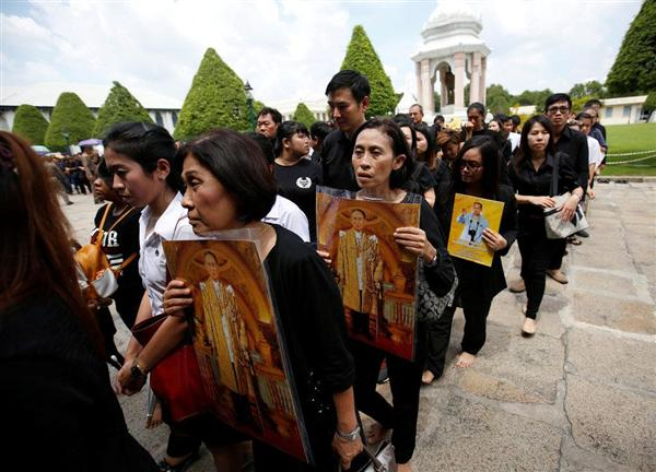タイ-プミポン国王崩御-タイの